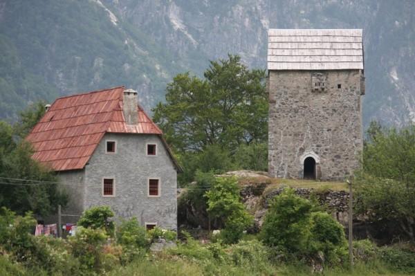 Utvrđenje ima samo vrata i nema nijedan prozor, osim nekoliko otvora za zrak na vrhu, koji su također korišteni i za osmatranje.