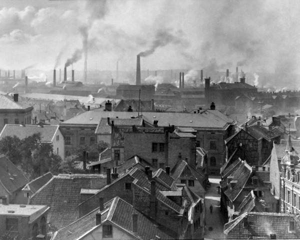 Panorama grada Esena 1890. godine. Na slici se može vidjeti koliko je bila razvijena industrija u grada. Ostatak Njemačke također je bio preplavljen dimnjacima i industrijskim postrojenjima.