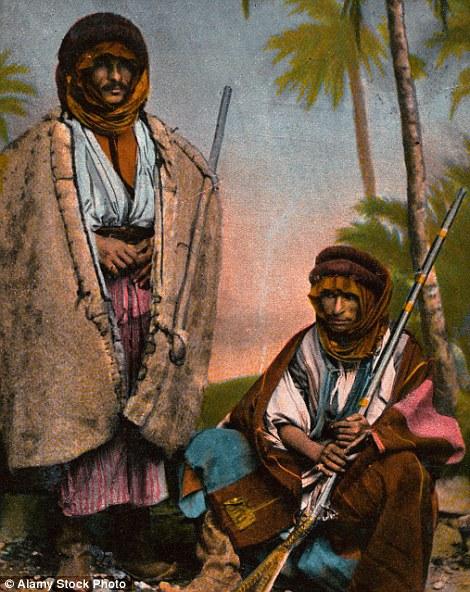 Dvojica beduina sa puškama, ca. 1900.