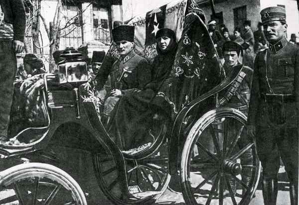 Mustafa Kemal sa suprugom Latife na jednoj od kulturnih manifestacija, prije zabrane hidžaba.
