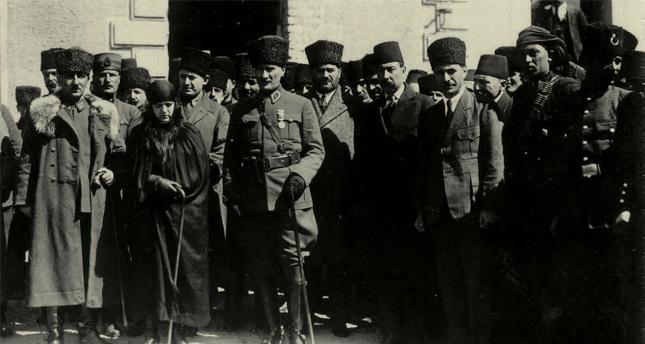 Mustafa Kemal u posjeti vojsci sa suprugom Latife.