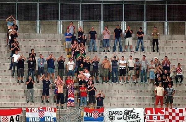 Hrvatski navijači na utakmici protiv Livorna. U pradjedovskom stilu.
