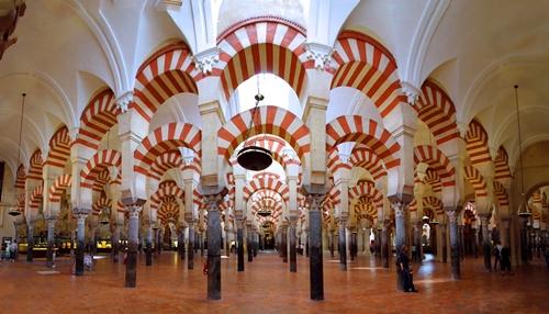 Stubovi u džamiji koji podsjećaju na drvorede palmi.