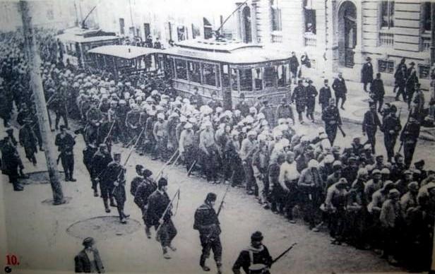Progoni muslimana iz Beograda 1912. godine. Na slici su zarobljeni muškarci, koje odvode u zatvor.