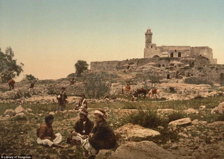 Grupa ljudi u blizini Groba Samuelovo u čijem području se danas nalazi selo Nebi-Samwil. U pozadini se vidi džamiji, prije koje je tu bila izgrađena crkva.
