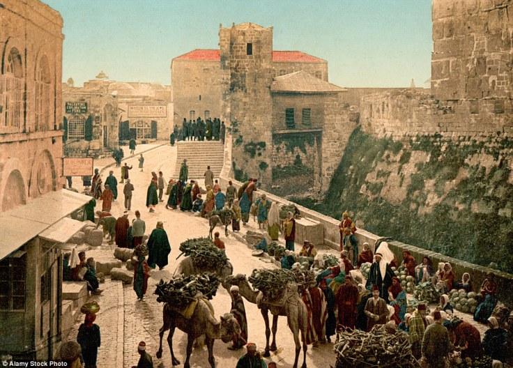 Poznata Davidova kula i ulica u Jerusalemu, gdje se vide prodavači pored puta.