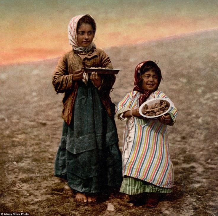 Dvoje djece iz okoline Jerusalema, u rukama drže artičoke.