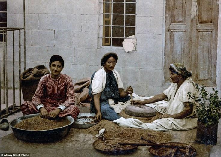 Prodavači graha. Fotografisano oko 1890., a pored njih se mogu vidjeti male vage i mlinovi.
