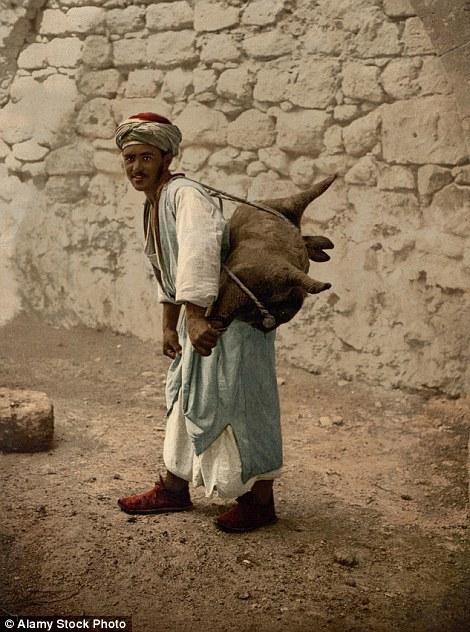Nosač vode uslikan ca. 1890-1900.