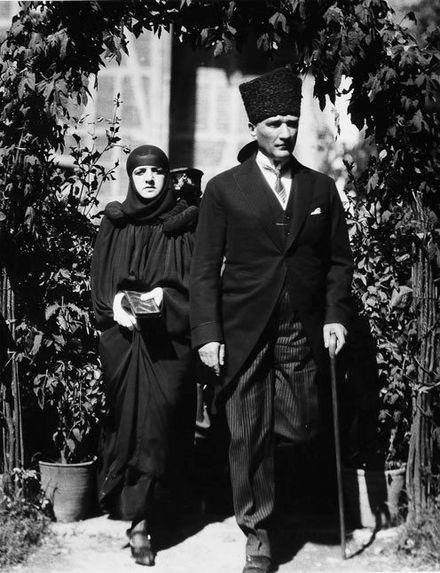 Latife Uşşaki prije nego je maramu zamijenila panamskim šeširom.